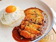 Рецепта Панирани пилешки гърди със сладко-кисел сос върху салата